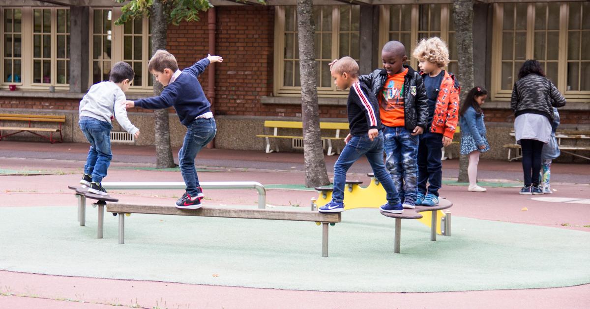 Enfants jouant dans une cour de récréation.