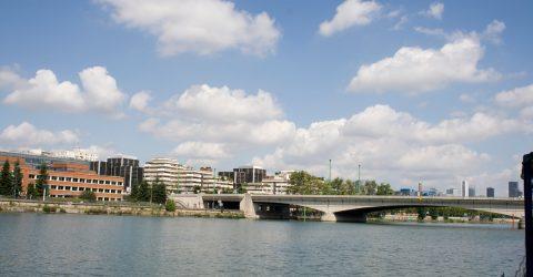 Vue de l'entrée de la ville et du pont de Suresnes.