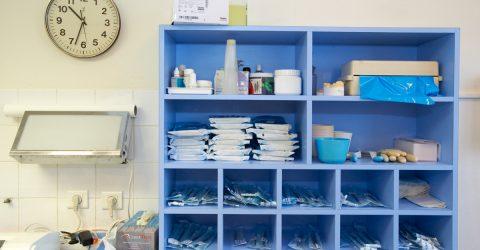 Vue d'une étagère où est rangé du matériel de soin.