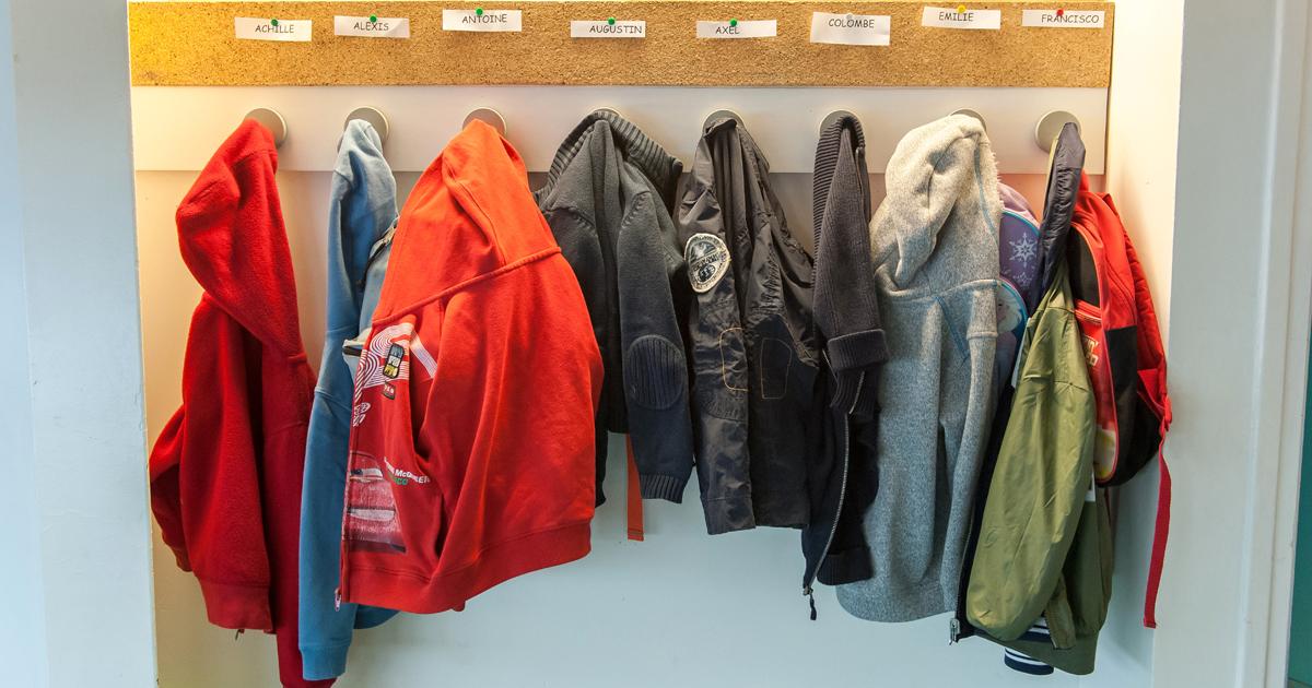 Manteaux suspendus dans le couloir d'une école.