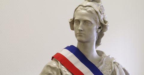 Buste de Marianne ceint d'une écharpe tricolore.