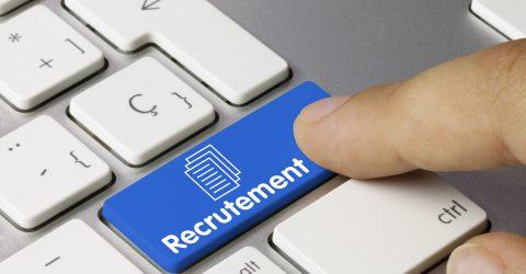 Doigt appuyant sur une touche de clavier sur laquelle est écrit le mot recrutement.