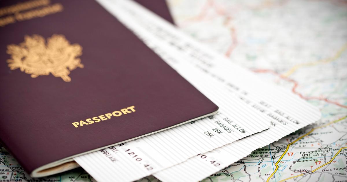 Passeport et billets d'avion posés sur une carte.