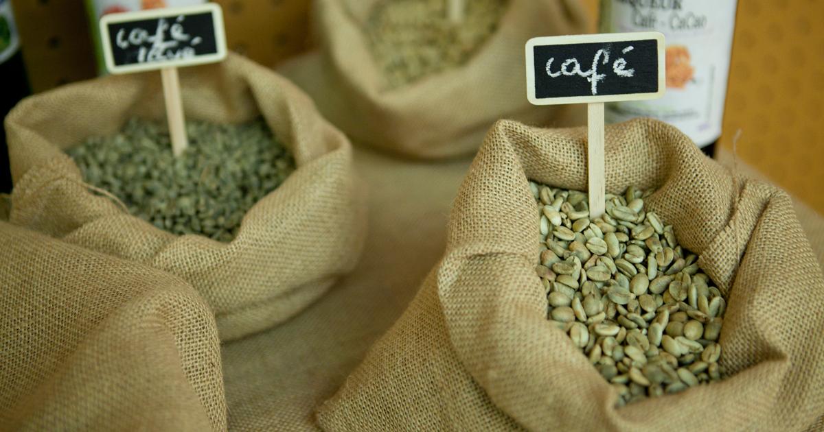 Sacs en toile de jute contenant des grains de café.