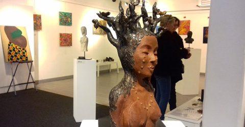Buste exposé dans la galerie d'art.
