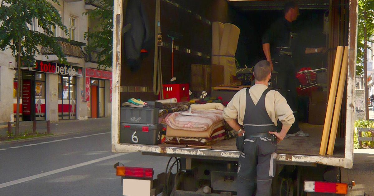 Camion de déménagement stationné sur la rue.
