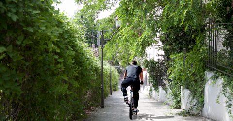Cycliste longeant une venelle.