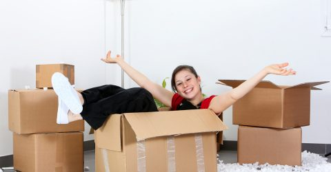 Jeune femme qui vient d'emménager.
