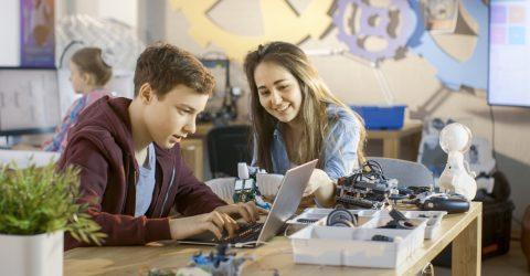Étudiants dans un atelier et travaillant sur un ordinateur.