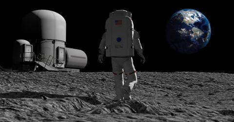 Homme marchant sur la Lune.