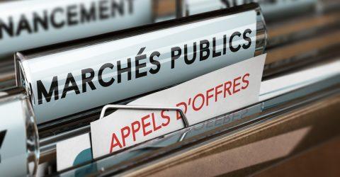 Trieur de documents portant les en-têtes marchés publics et appels d'offres.