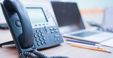 Téléphone fixe posé sur un bureau