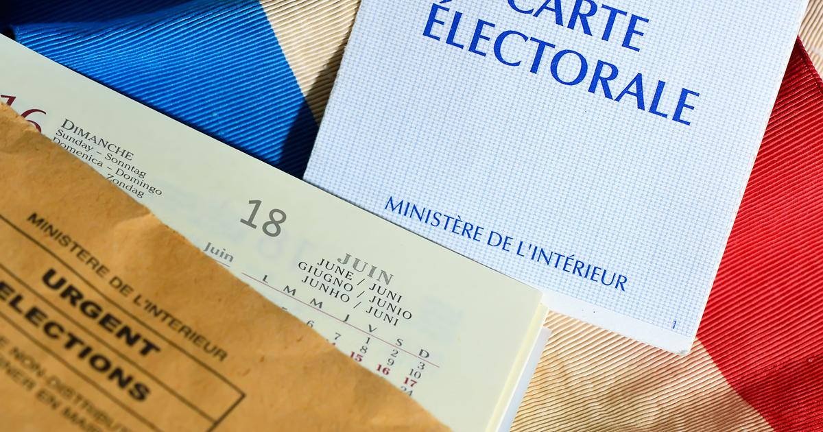 Carte électorale et agenda posés sur une écharpe tricolore.