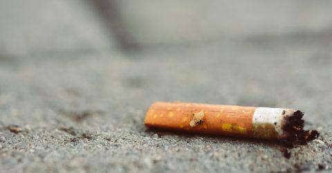Mégot de cigarette abandonné à même le sol.