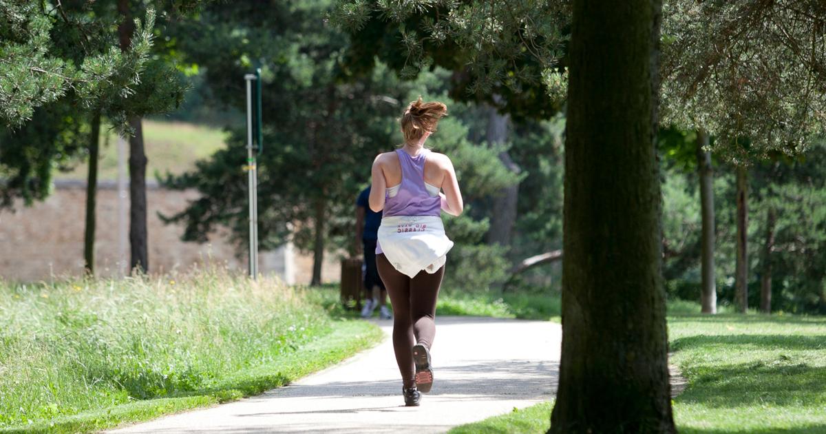 Femme faisant un jogging au parc.