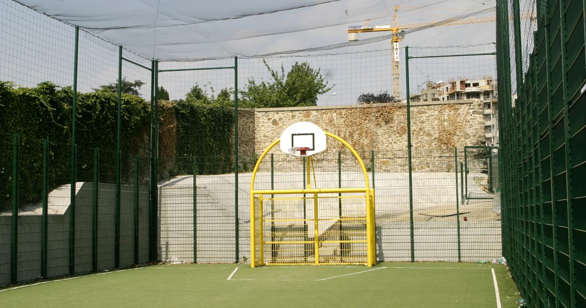 Terrain de sport en libre accès.