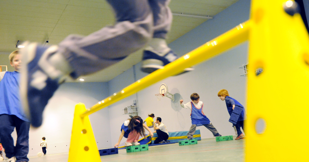 Enfants s'initiant aux sports.
