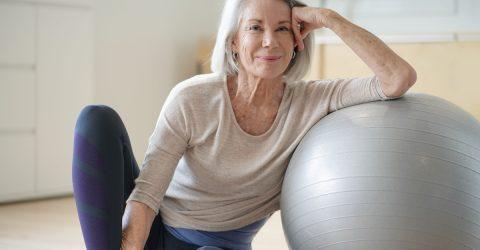 Senior pratiquant le yoga