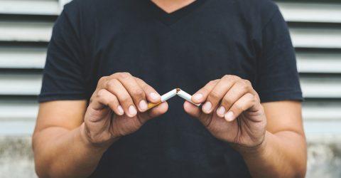 Homme cassant une cigarette